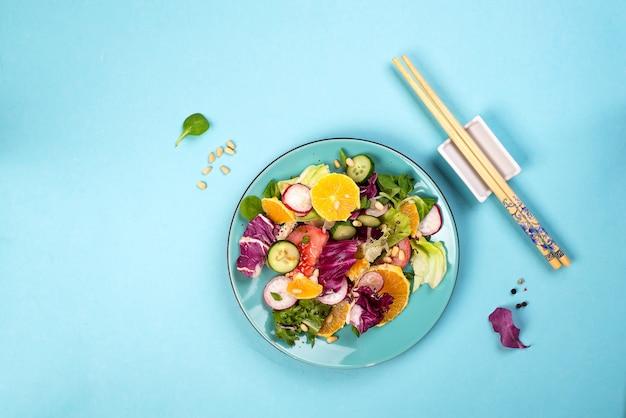 ダイエット野菜サラダ。新鮮なプレートに落下混合