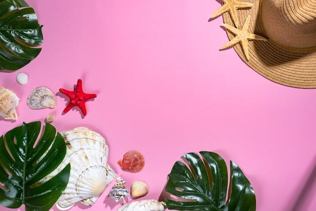 ストローハット - 夏休みの背景とパステル紫色の背景に貝殻。