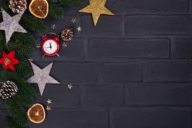 クリスマスグリーティングカード。おもちゃと目覚まし時計とクリスマスの背景。