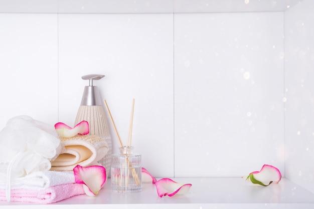 ロマンチックなバレンタインデーのためのスパトリートメントで使用されるバラと様々なアイテムとスパの設定