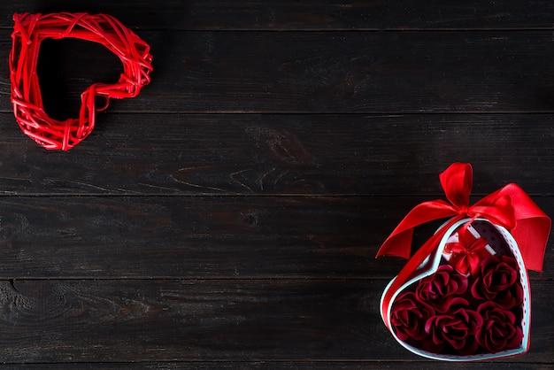 バレンタインの背景にミニギフトとローズのハートボックス
