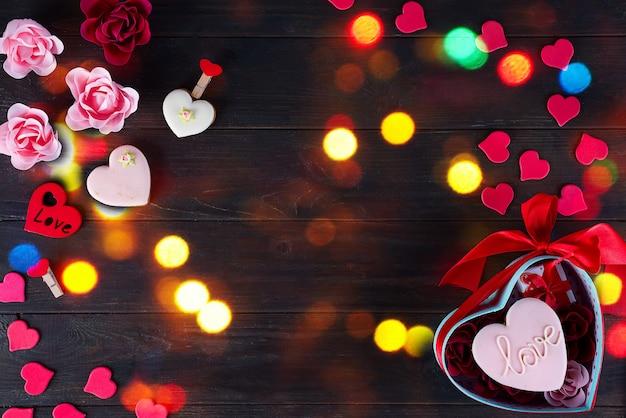 暗い背景の木にハートの形のバレンタインクッキー
