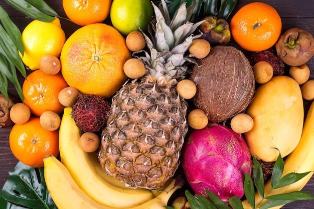 トロピカルフルーツの背景、多くのカラフルな熟したトロピカルフルーツ