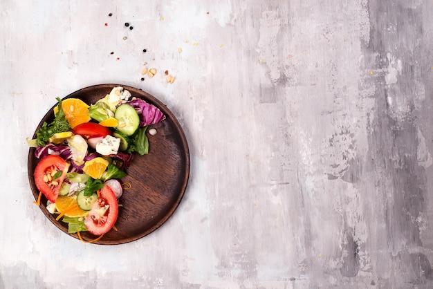 健康的なサラダ、新鮮な野菜と木の板に醤油