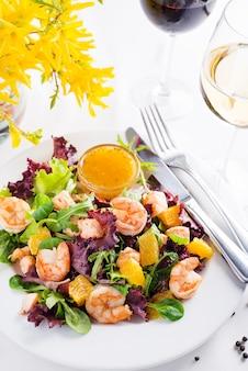 エビのヘルシーサラダ、オレンジ、マスタードソースとワインの盛り合わせ