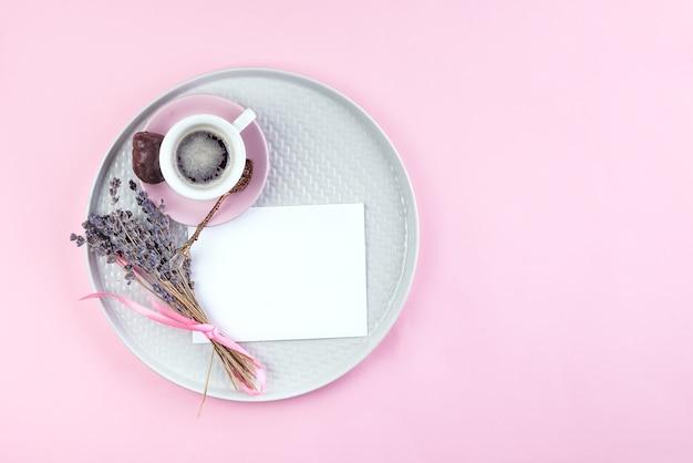 一杯のコーヒー、ペン、皿の上の乾燥ラベンダーと紙のメモのリストテキストを行うには