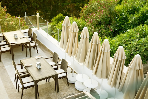 午前中に屋上の屋外カフェバーで居心地の良い籐のテーブル