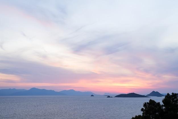 無限の地平線と信じられないほどの泡沫状の波と素晴らしいビーチの夕日。バックグラウンドで火山の丘。