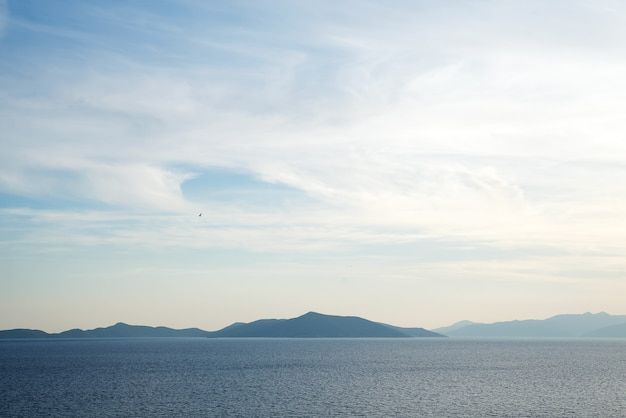 Красивая таинственная природа фон с океана на фоне туманных гор