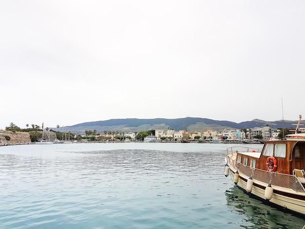 ギリシャのコス島の村の伝統的な漁船と風光明媚な港