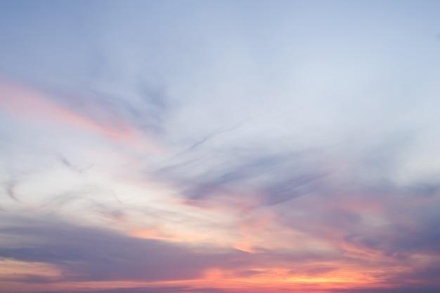 Драматическое закатное небо для