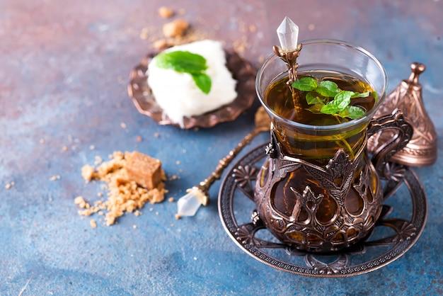 Чаша с турецкой сладкой ватой писмание и чёрный чай с мятой