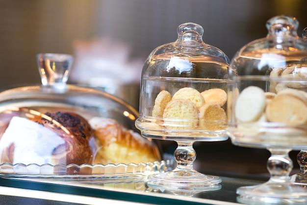 Песочное печенье в итальянском стиле на витрине в стеклянных коробках