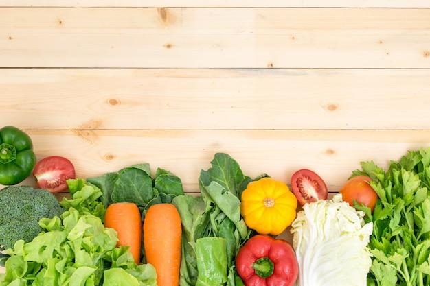 トマト、ピーマン、ニンジン、カボチャのレタス、緑の野菜の周りの野菜フレーム