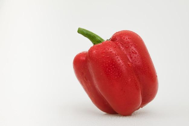 Изолированный овощ красного перца на белизне.