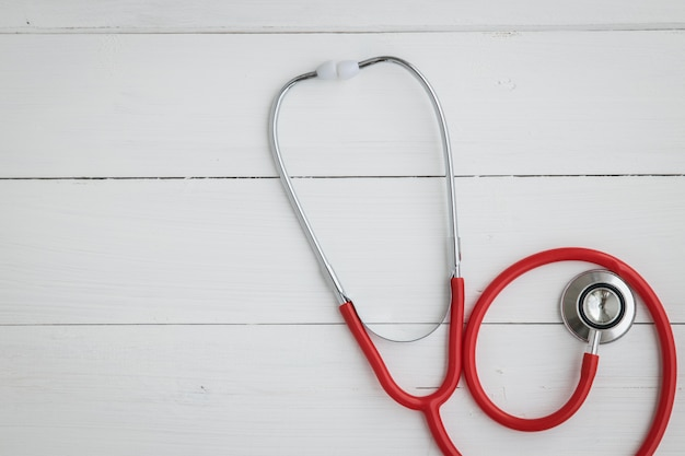 Доктор инструмент стетоскоп на белом.