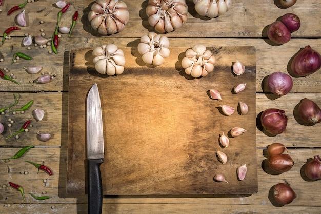 健康野菜庭のエシャロットタイのニンニクタイの鳥の唐辛子そして背景としてそれを使用します。