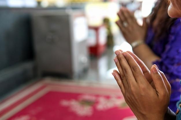 仏教徒の人々の祝福を祈ること。