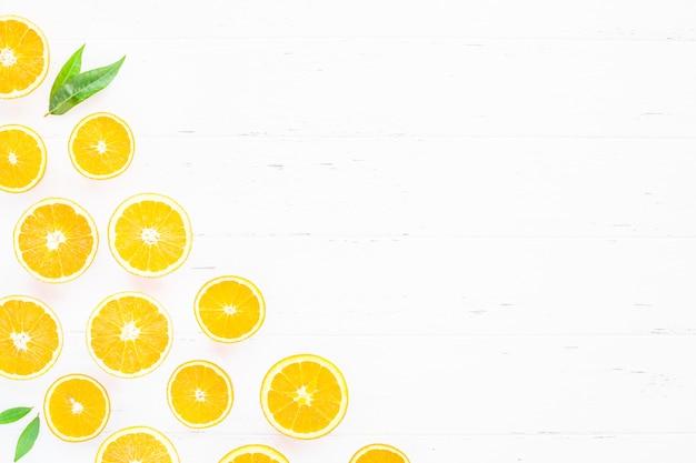 Свежие апельсины на белом фоне