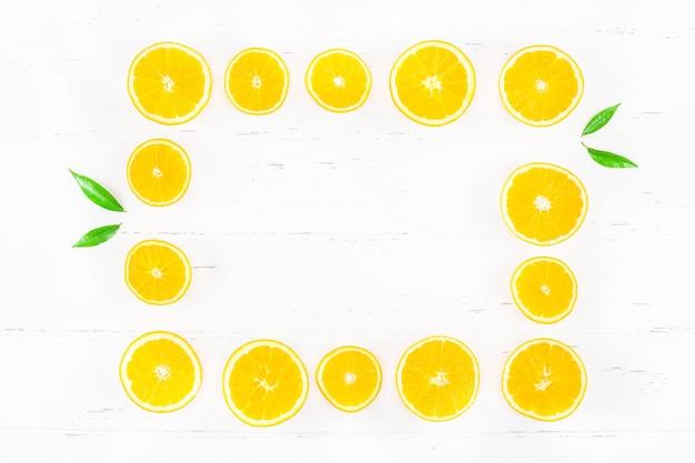 Рамка из свежих апельсинов на белом фоне