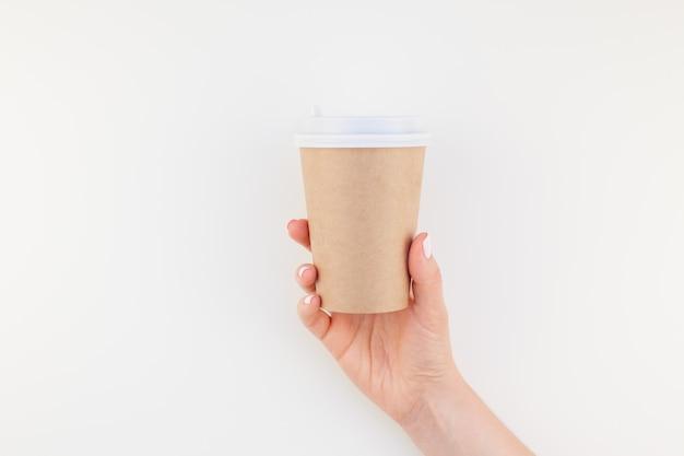 女性の手でコーヒーカップのモックアップ
