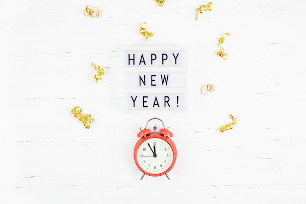 新年組成目覚まし時計金色の紙吹雪
