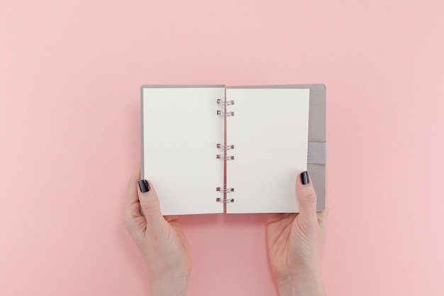 空白のメモ帳で女性の手