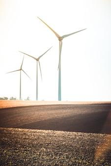 働く風力タービンのある田園風景