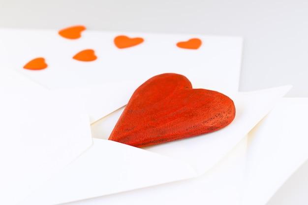 封筒の赤い木製ハート