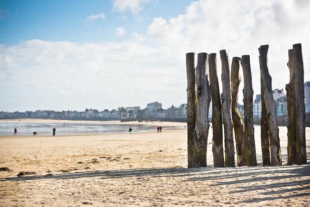 Волнорезы на берегу моря сен-мало, франция