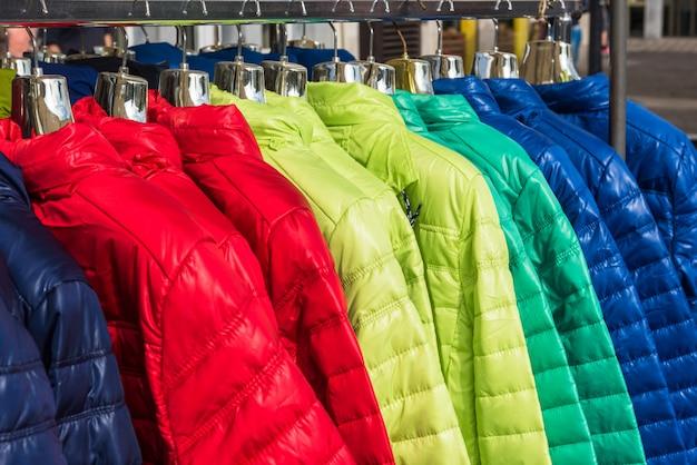Зимняя одежда висит в магазине