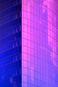青いネオンの超高層ビルコーナー