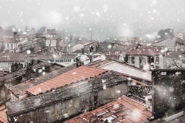 降雪でサンティアゴデコンポステーラスペイン都市景観