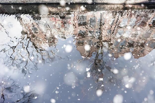 デルフトの運河の家の反射