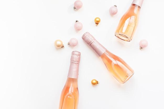白い背景の上のバラのシャンパンワインのボトル