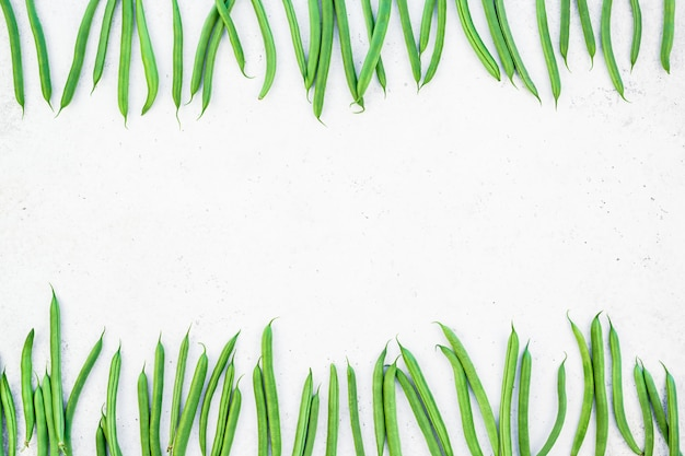 Взгляд сверху предпосылки свежих зеленых фасолей