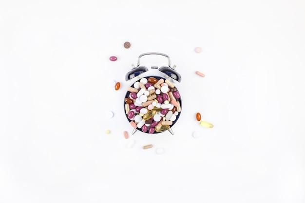 色の丸薬付き目覚まし時計