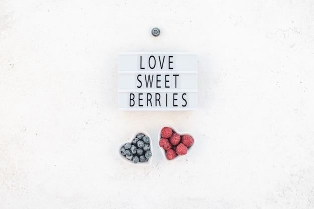 День святого валентина композиция ягод в тарелках сердца