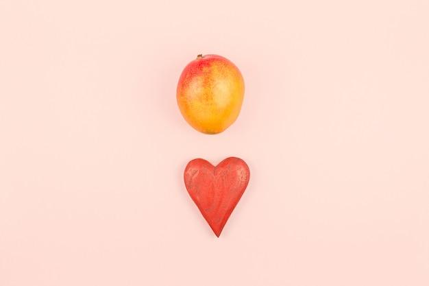 赤いハートとマンゴー恋人コンセプト