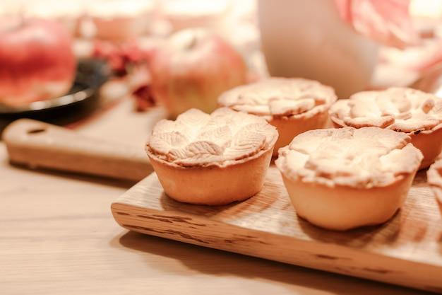 感謝祭秋の伝統的な自家製アップルパイ