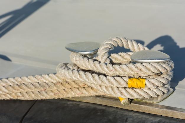 クリートの周りに縛られた係留ロープ