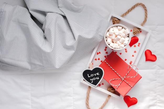 ベッドでのロマンチックな朝食。バレンタインコンセプト