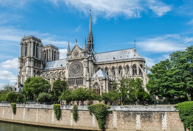 パリのノートルダム大聖堂とセーヌ川