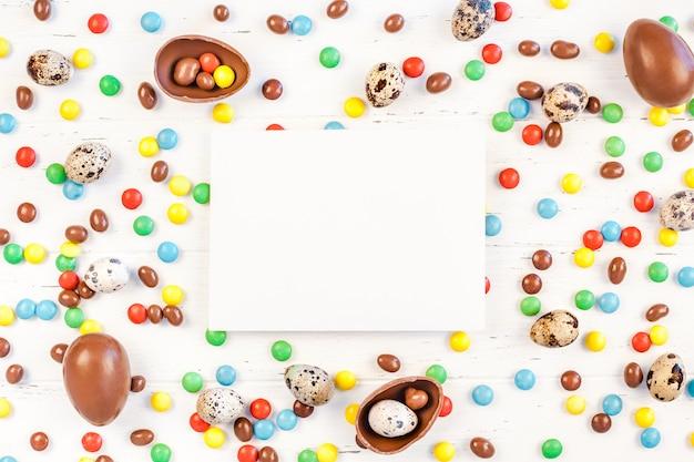 チョコレートの卵、カラフルなキャンディーとイースターフレーム