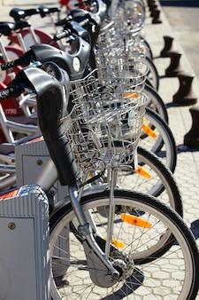 列に並んでいる市内の自転車