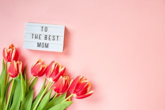 Открытка ко дню матери с красными тюльпанами