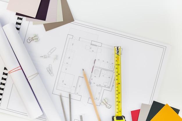 Дизайнер интерьера рабочего стола с планом дома