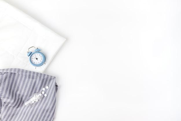 柔らかいふわふわスリッパと青い目覚まし時計