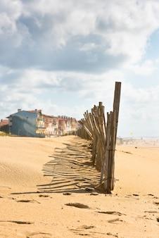 Деревянный забор на атлантическом пляже