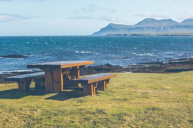 Деревянный стол и скамейки в зоне отдыха
